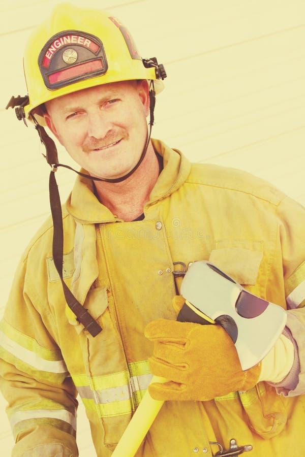 Feuerwehrmann Holding Axe lizenzfreies stockbild