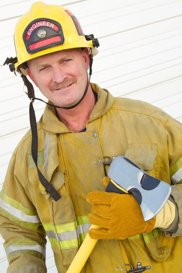 Feuerwehrmann-Holding-Axt stockbild