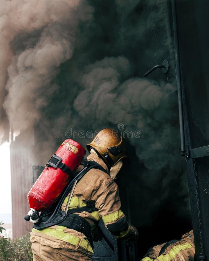 Feuerwehrmann Hot Fire Training Dublin stockfotos