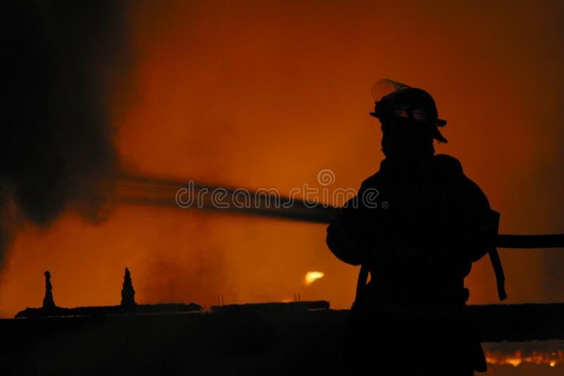 Feuerwehrmann im Schattenbild lizenzfreie stockfotos