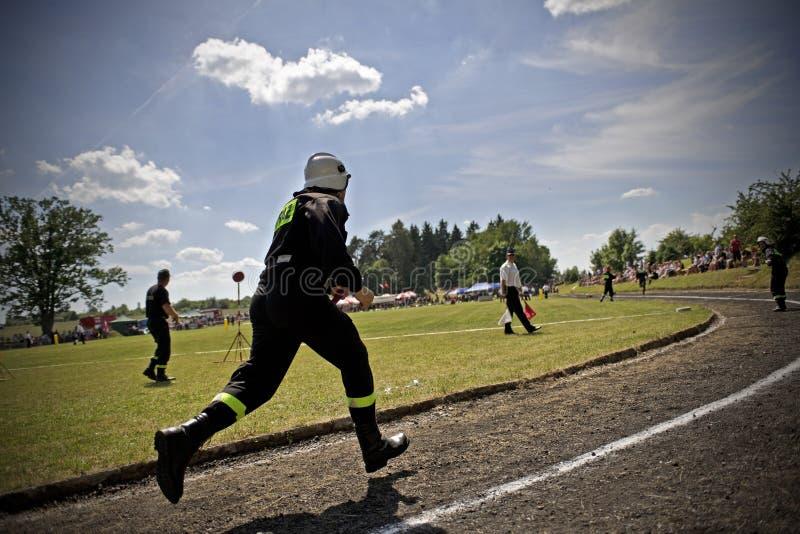 Feuerwehrmann während des Rennens lizenzfreie stockfotografie