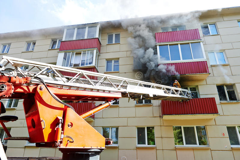 Feuerwehrmann während löschen ein Feuer aus lizenzfreie stockfotografie