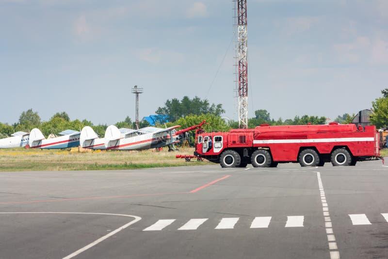 Feuerwehrmannauto am Flughafen lizenzfreie stockfotos