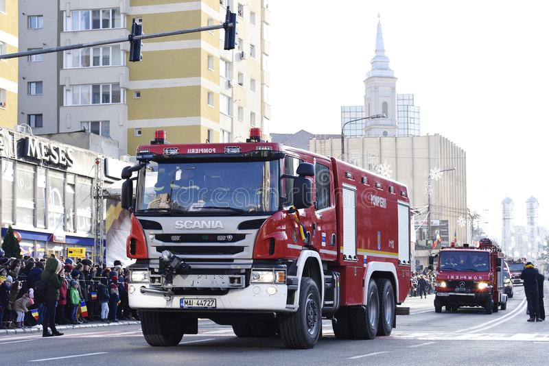 Feuerwehrmannfahrzeuge an einem Nationaltag in Zalau, Rumänien stockfotografie
