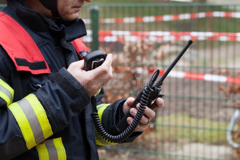 Feuerwehrmannfunken mit Radiosatz lizenzfreie stockbilder