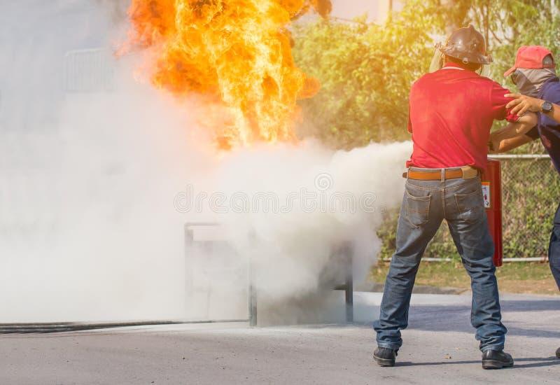 Feuerwehrmanntraining, das fightin Feuer jährliches Training der Angestellten stockbilder