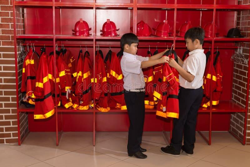 Feuerwehrmannuniform lizenzfreie stockfotos