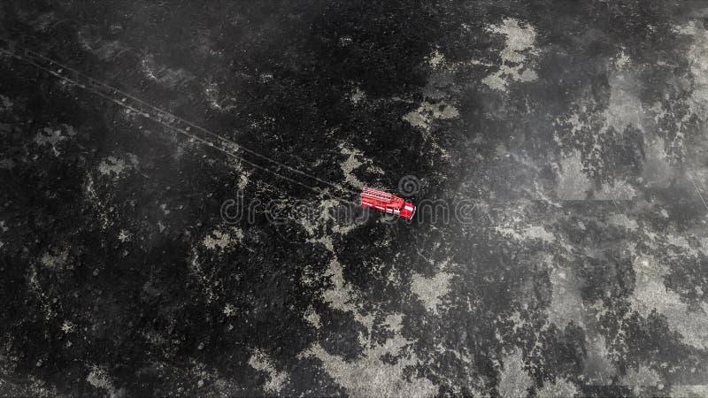 Feuerwehrwagen in der Mitte des Grasüberblicks von der Drohne lizenzfreies stockbild