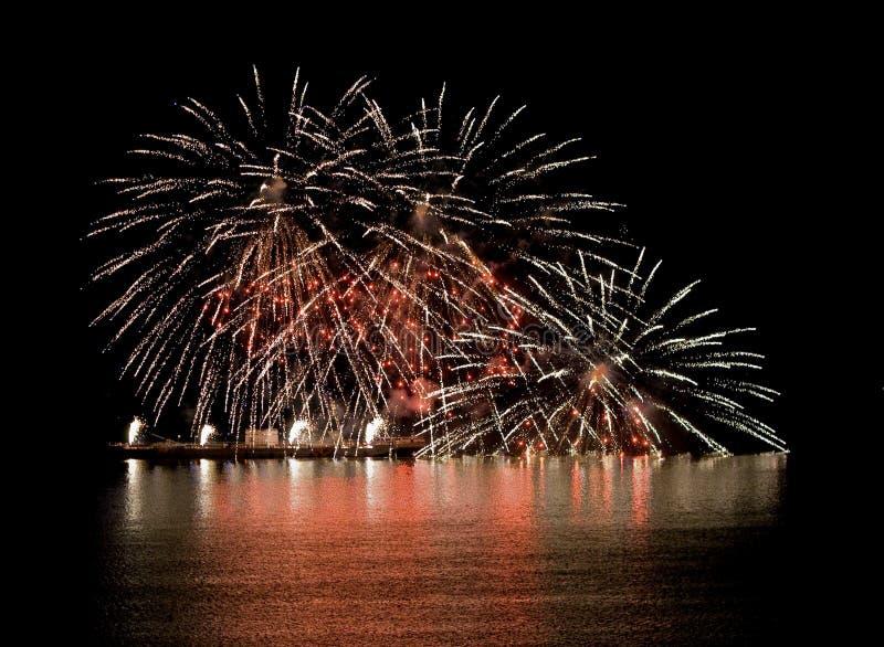 Feuerwerk auf Fluss stockbilder