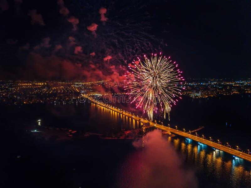 Feuerwerk ?ber Voronezh w?hrend der Feier von Victory Day, Vogelperspektive vertreten durch Brummen stockbild