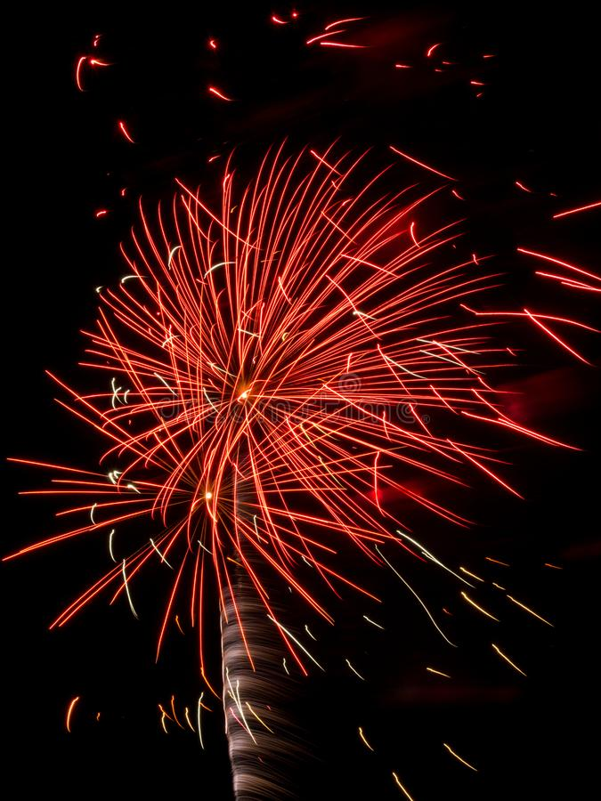 Feuerwerk gesprengt im nächtlichen Himmel, lange Belichtung stockfotos