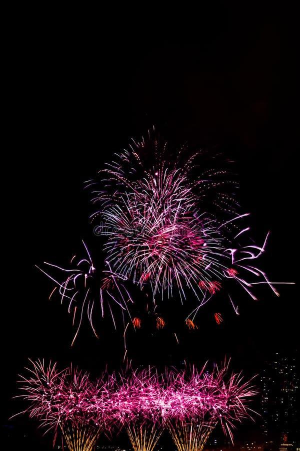Feuerwerk nachts gegen Marina Bay-Wolkenkratzer lizenzfreie stockbilder