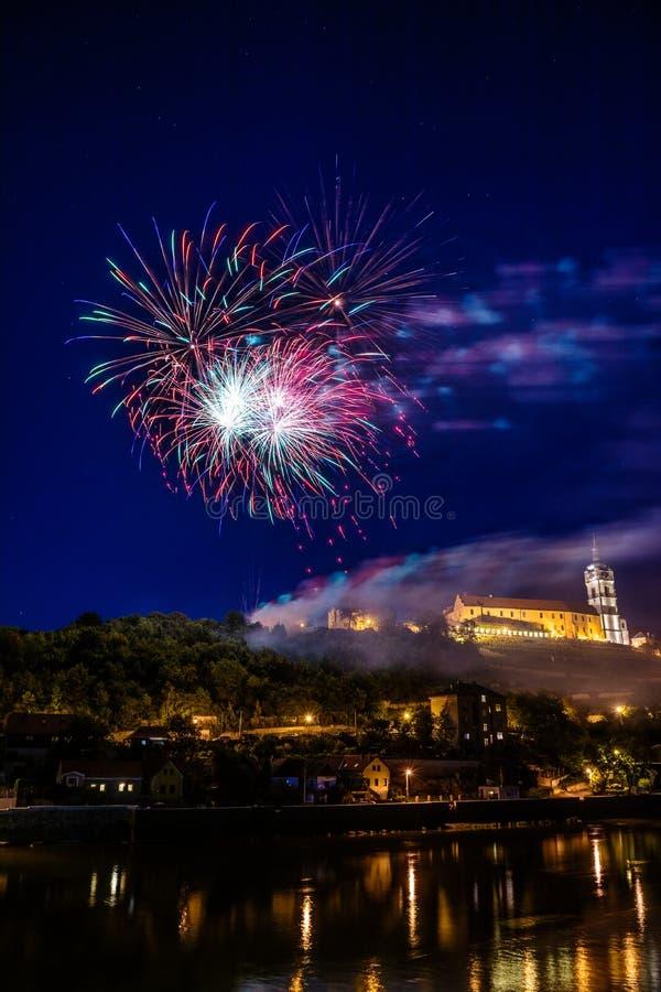 Feuerwerk in Stadt melnik, in tschechischem Überwasser- und im Schloss lizenzfreie stockfotos