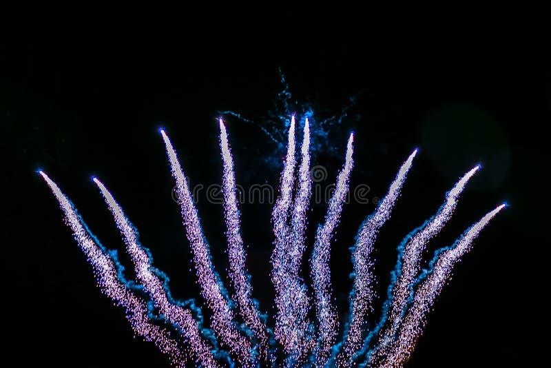 Feuerwerk-Volleyball am Nachthimmel lizenzfreie stockfotografie