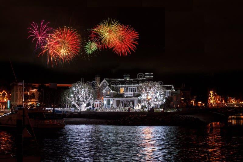 Feuerwerke über bunter Lichterkette auf einem Haus lizenzfreie stockfotos