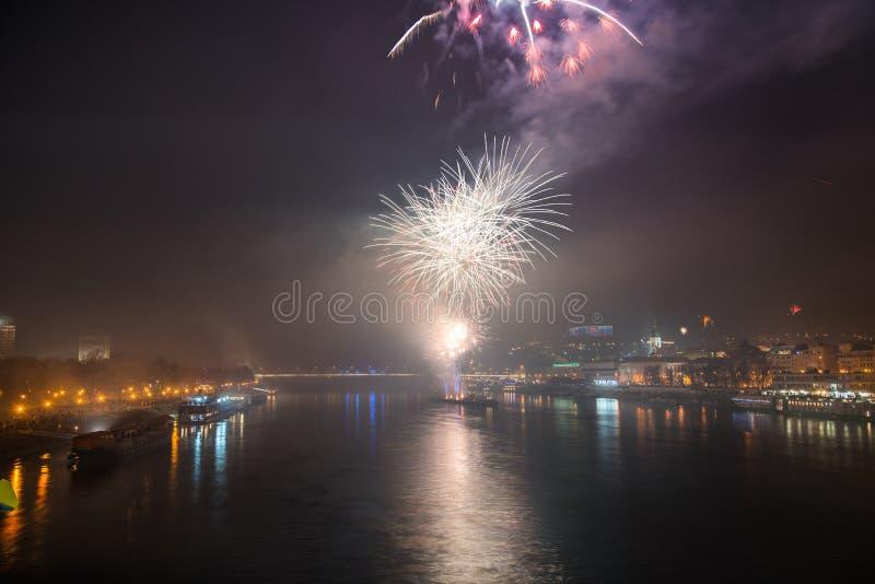 Feuerwerke über dem Fluss in der Stadt lizenzfreies stockbild