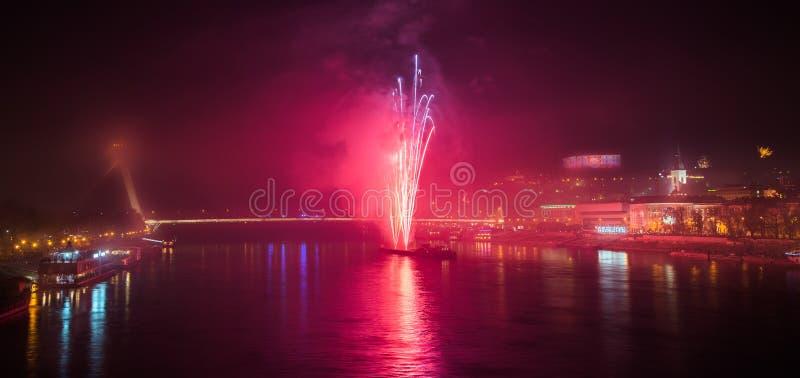 Feuerwerke über dem Fluss in der Stadt stockfotos