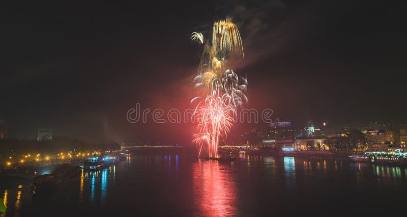 Feuerwerke über dem Fluss in der Stadt stockbilder