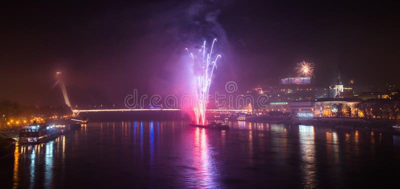 Feuerwerke über dem Fluss in der Stadt stockbild