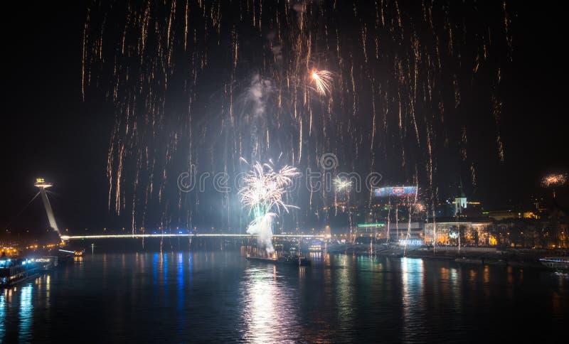 Feuerwerke über dem Fluss in der Stadt lizenzfreie stockbilder