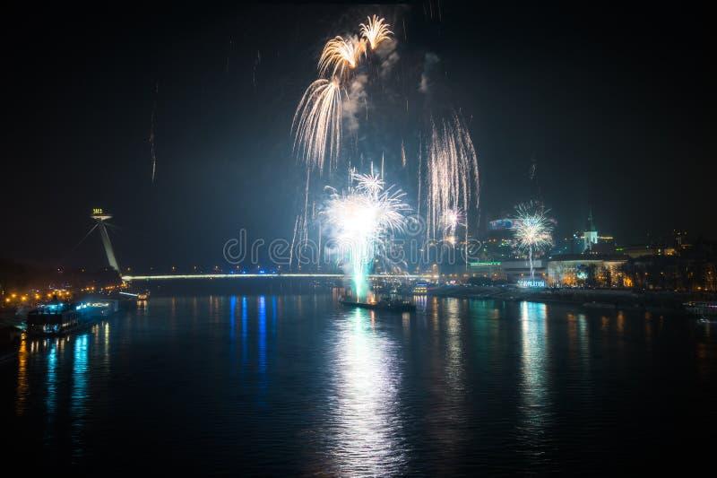 Feuerwerke über dem Fluss in der Stadt lizenzfreie stockfotos