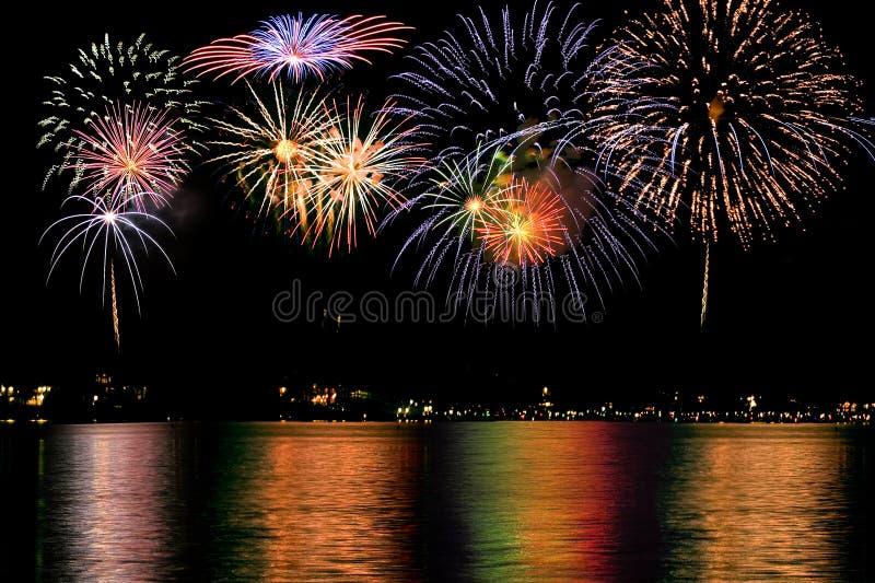 Feuerwerke über dem See lizenzfreies stockbild