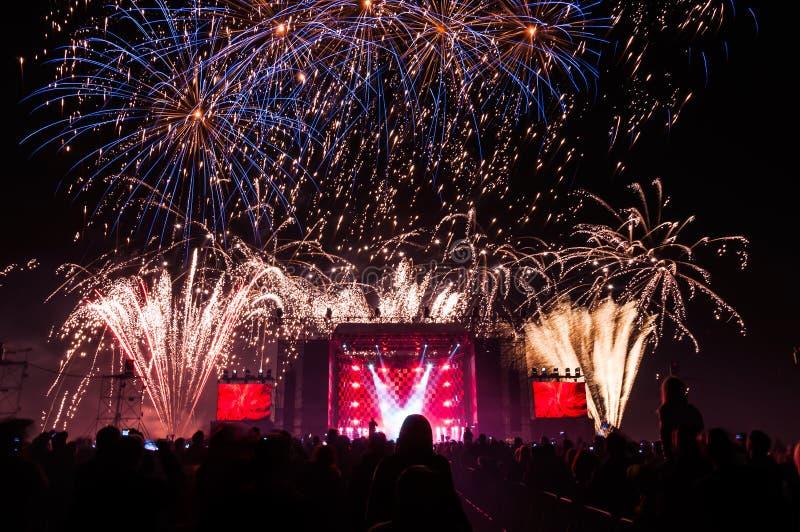 Feuerwerke über dem Stadium während des Konzerts stockfoto