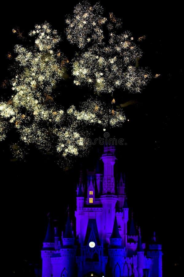 Feuerwerke über Disney-Schloss stockbild