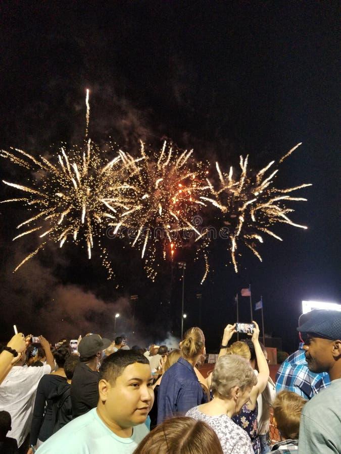 Feuerwerke über einer Menge stockfotografie