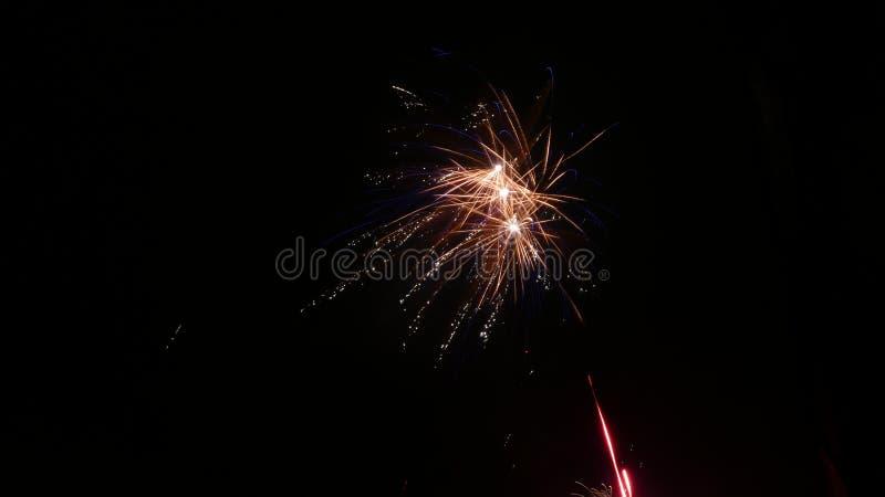 Feuerwerke über Häusern lizenzfreie stockfotografie