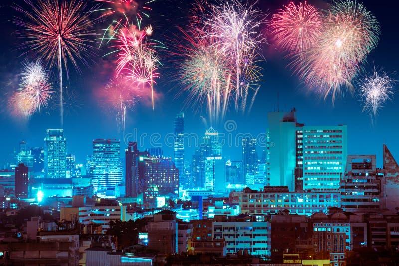 Feuerwerke über Nachtstadt für guten Rutsch ins Neue Jahr-Feier lizenzfreies stockfoto
