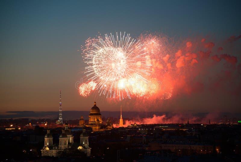 Feuerwerke über Nachtstadt St Petersburg Russland lizenzfreies stockfoto