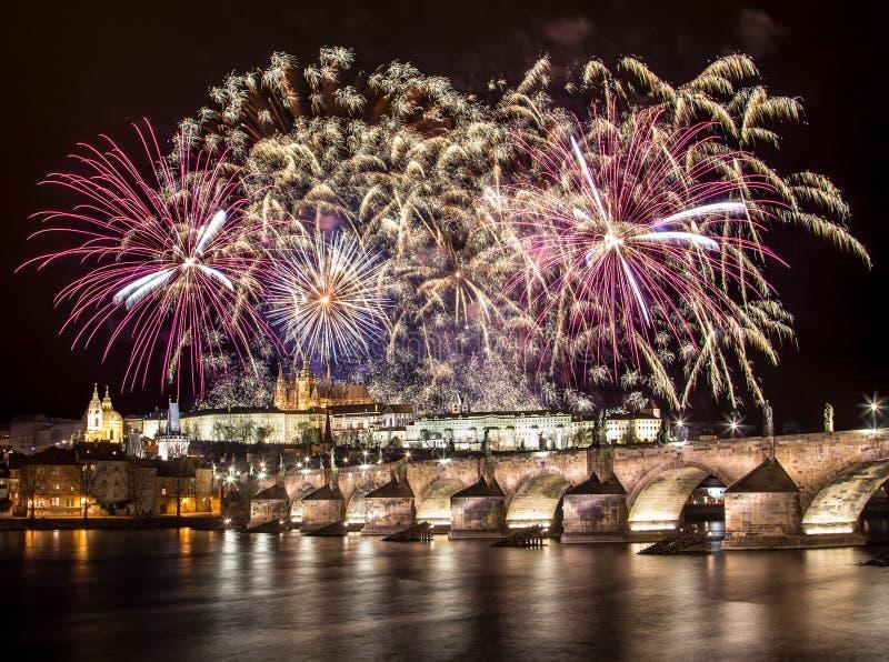 Feuerwerke über Prag-Schloss lizenzfreie stockbilder