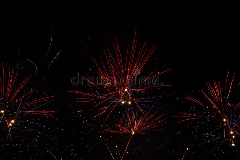 Feuerwerke über schwarzem Himmel lizenzfreie stockfotografie