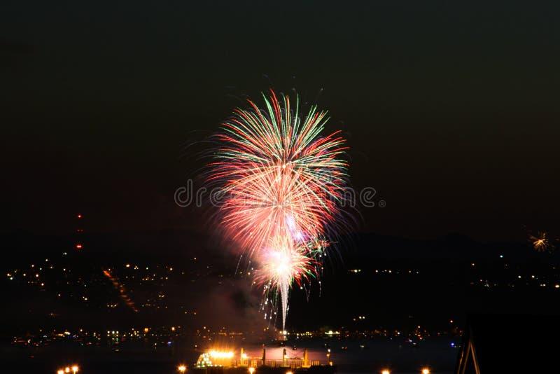 Feuerwerke auf Anfangs-Bucht lizenzfreie stockfotografie