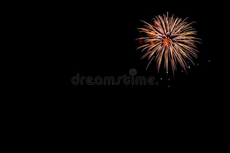 Feuerwerke auf einem schwarzen Hintergrund mit Raum lizenzfreie stockbilder