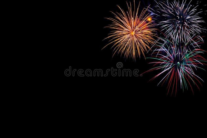 Feuerwerke auf einem schwarzen Hintergrund mit Raum stockfotografie