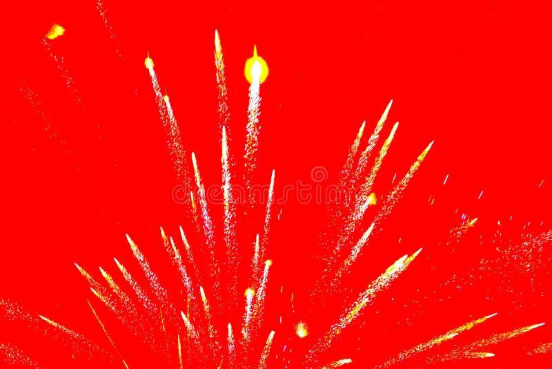 Feuerwerke auf rotem Hintergrund lizenzfreies stockfoto