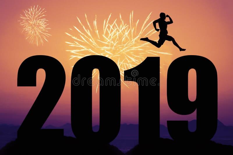 Feuerwerke bei Sonnenuntergang mit Schattenbild des neuen Jahres 2019 und springendem MA stockfotografie