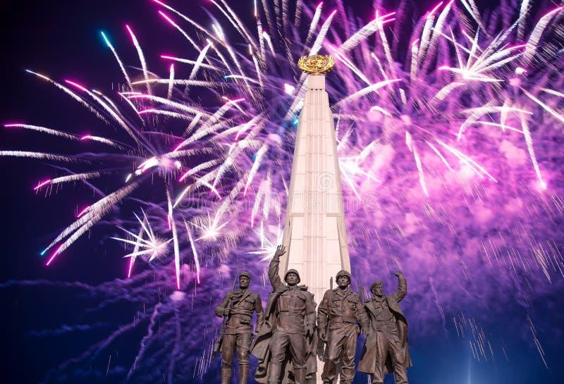 Feuerwerke ?ber dem Monument zu den L?ndern von Antihitler-Koalition, Gassen-Anh?nger in Victory Park auf Poklonnaya-H?gel, Moska stockfotografie