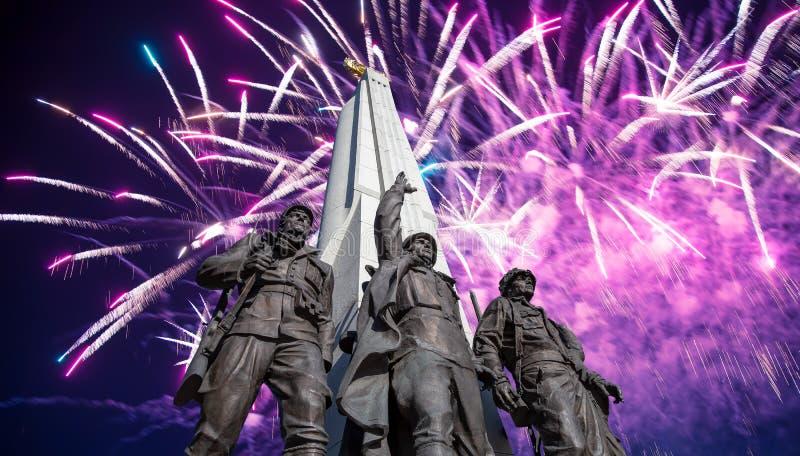 Feuerwerke ?ber dem Monument zu den L?ndern von Antihitler-Koalition, Gassen-Anh?nger in Victory Park auf Poklonnaya-H?gel, Moska stockfoto