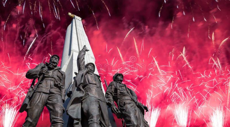 Feuerwerke ?ber dem Monument zu den L?ndern von Antihitler-Koalition, Gassen-Anh?nger in Victory Park auf Poklonnaya-H?gel, Moska lizenzfreies stockbild