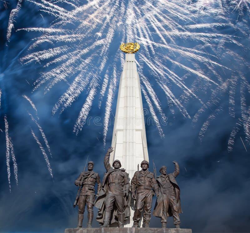 Feuerwerke ?ber dem Monument zu den L?ndern von Antihitler-Koalition, Gassen-Anh?nger in Victory Park auf Poklonnaya-H?gel, Moska lizenzfreie stockbilder