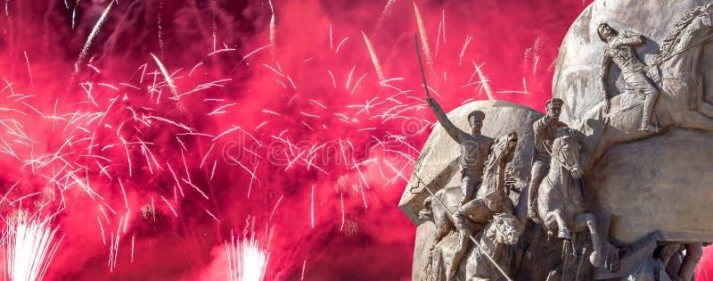 Feuerwerke ?ber dem Monument zu den L?ndern von Antihitler-Koalition, Gassen-Anh?nger in Victory Park auf Poklonnaya-H?gel, Moska stockbilder