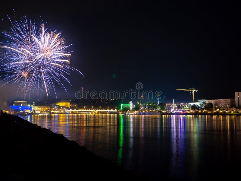 Feuerwerke ?ber einer Stadt nachts stockbild