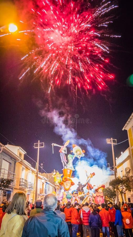 Feuerwerke an der berühmten Statue in Valencia, Spanien während Festivals Las Fallas im Frühjahr stockbilder