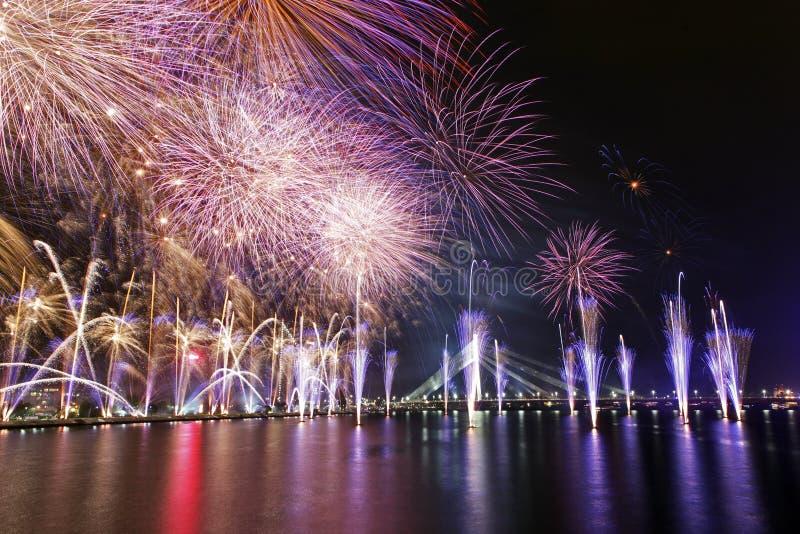 Feuerwerke in der Hauptstadt von Lettland - Riga lizenzfreie stockfotos