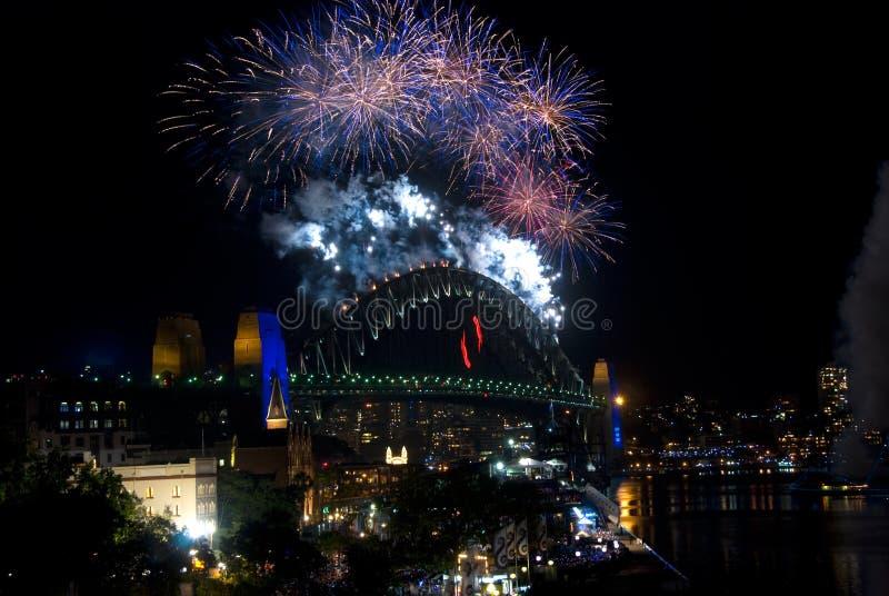 Feuerwerke der Sydney-Hafen-Brücken-NYE lizenzfreie stockfotos