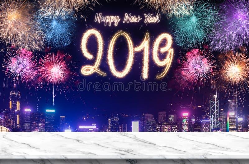 Feuerwerke des guten Rutsch ins Neue Jahr 2019 über Stadtbild nachts mit leerer weißer marlbe Tabelle, Fahnenspott herauf Schablo lizenzfreies stockbild
