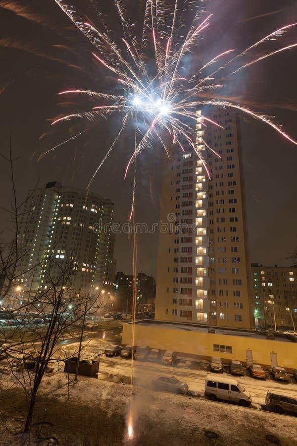 Feuerwerke des neuen Jahres im Wohngebiet der Stadt stockbild